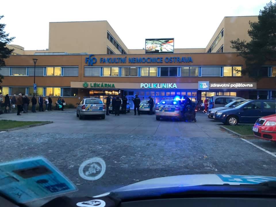 Ve FN v Ostravě se v úterý 10. prosince střílelo! Před budovou jsou destíky policistů a hasičů, stovky pacientů se evakuují. Okolí nemocnice je uzavřeno.