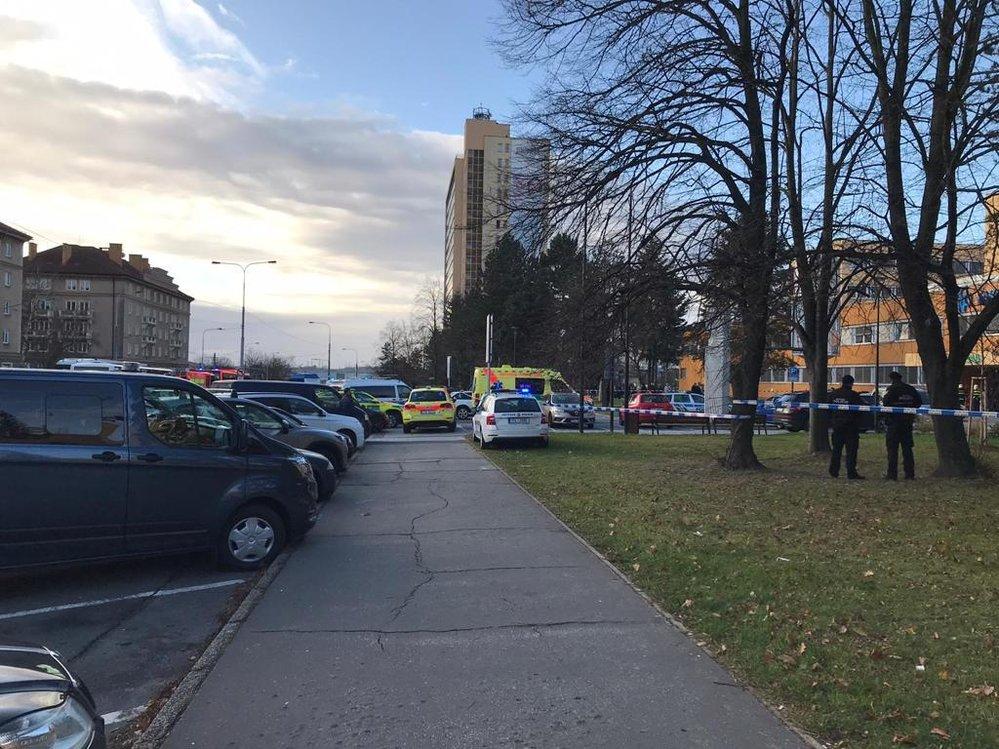 Děsivá tragédie se odehrála v úterý  ráno ve Fakultní nemocnici v Ostravě. Neznámý pachatel v červené bundě tu střílel do lidí!
