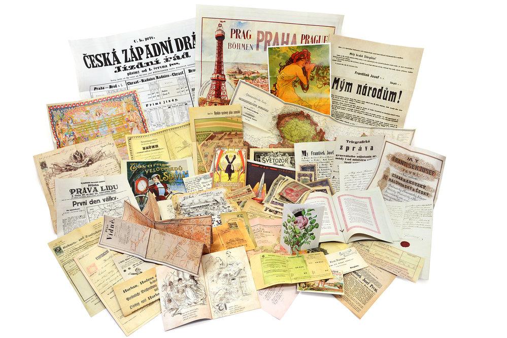 Nakladatel k 2,5kilogramové knize přiložil co nejvěrnější repliky unikátních dobových dokumentů, které se rozměry, strukturou papíru či skládáním téměř blíží originálu.