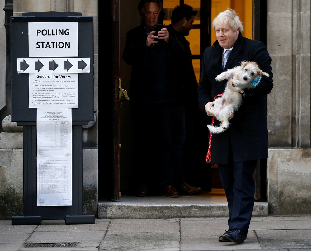 Předčasné volby v Británii, premiér Johnson dorazil k urnám se psem, (12.12.2019).