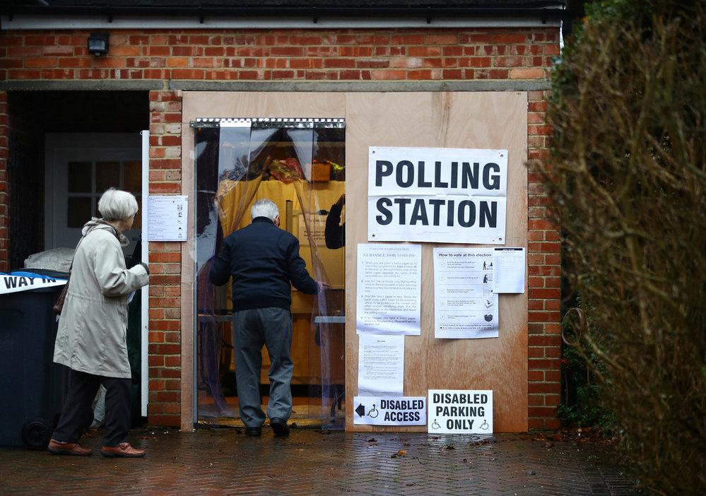 Předčasné volby v Británii, volební místnosti byli i v garážích, (12.12.2019)