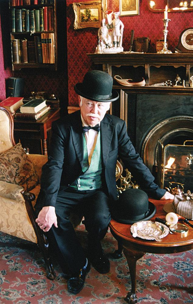 Průvodce v kostýmu doktora Watsona ochotně pózuje.