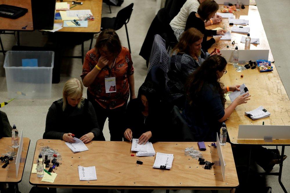 Hlasovací lístky se sčítají v centru pro britské všeobecné volby v Brightonu