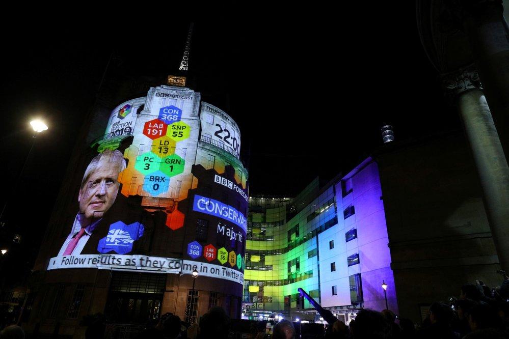 Budova BBC během voleb zářila, tipovala výsledek (12.12.2019)