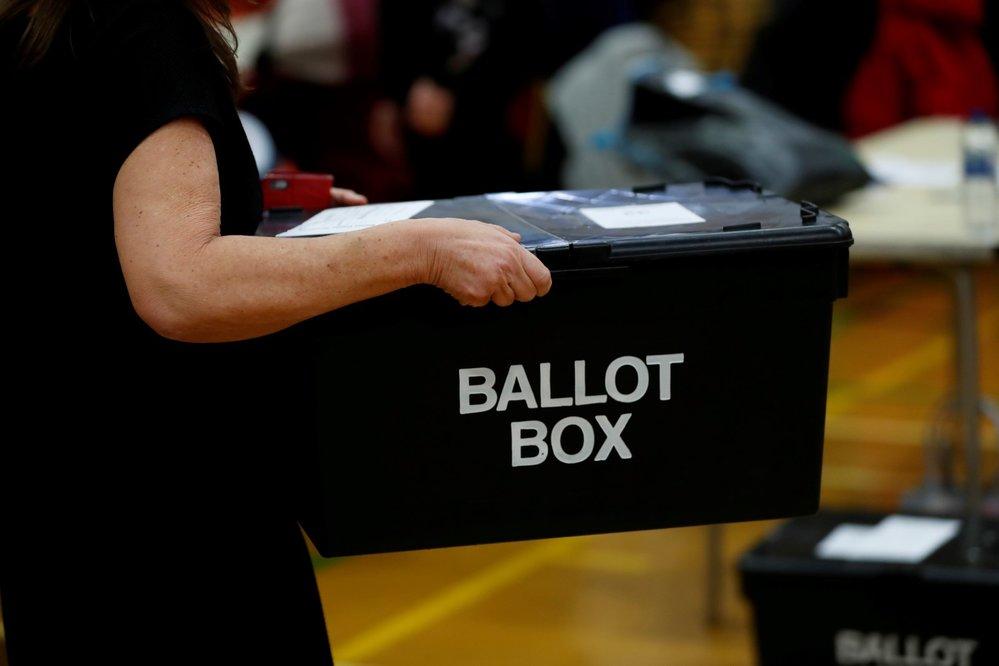 Předčasné parlamentní volby ve Velké Británii – sčítání hlasů.