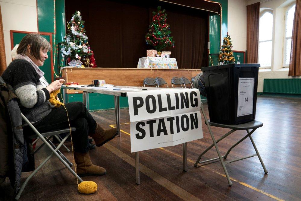 Boris Johnson v den předčasných voleb v Anglii: Procházel se s pejskem (12.12.2019