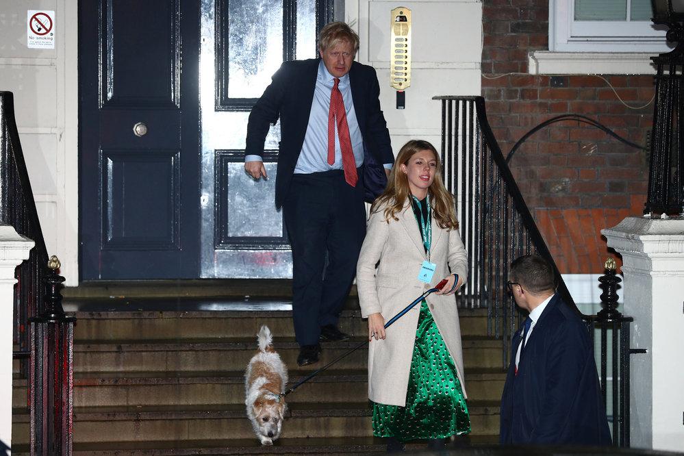 Boris Johnson s milenkou Carrie Symondsovou a jejich psem vyrazil oslavit porážku labouristů (13.12.2019)