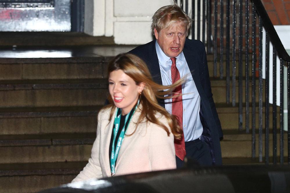 Boris Johnson s milenkou Carrie Symondsovou vyrazil oslavit porážku labouristů (13.12.2019)