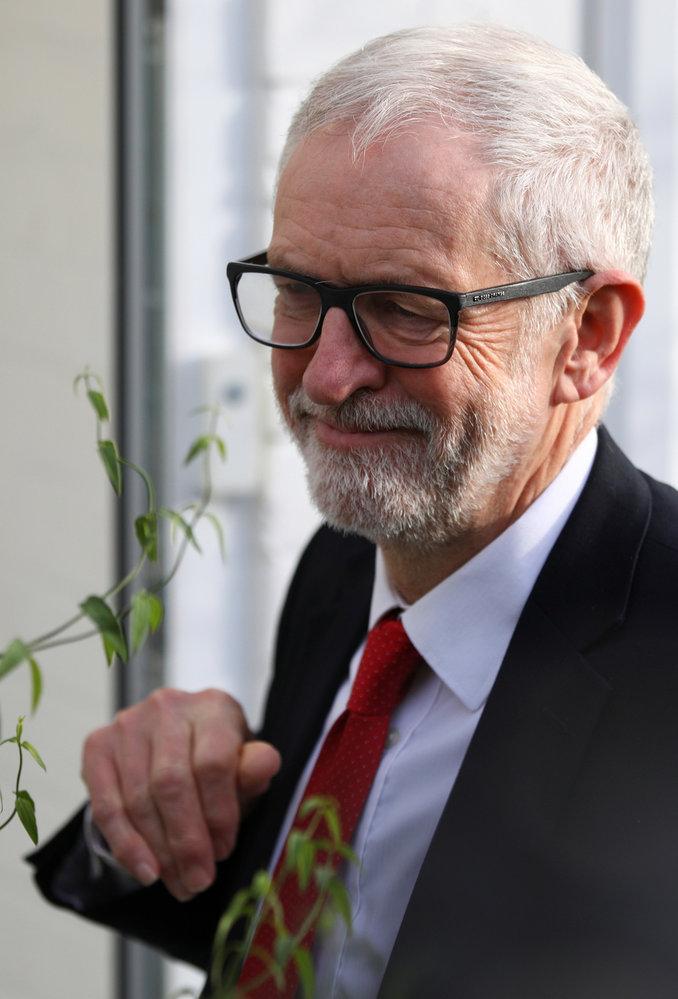 Vůdce opozice, labourista Jeremy Corbyn po prohře u voleb smutnil.