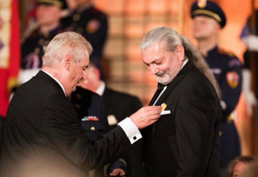 2016 - Miloš Zeman předal vyznamenání Danielu Hůlkovi