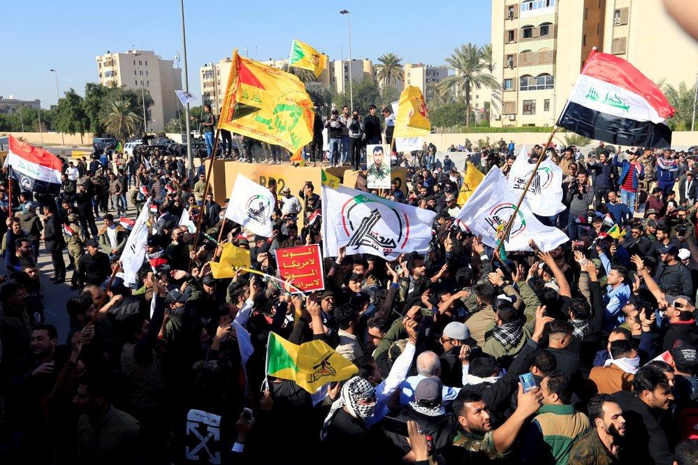 Stoupenci iráckých šíitských milicí při protiamerickém protestu prolomili bránu amerického velvyslanectví v Bagdádu (31. 12. 2019)