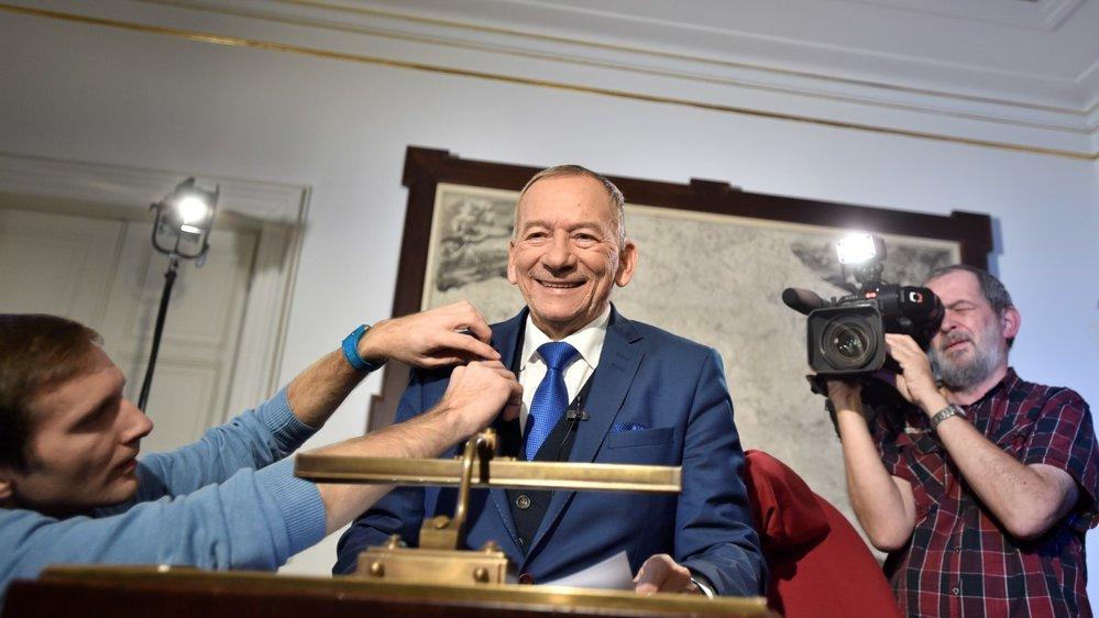 Předseda Senátu Jaroslav Kubera se nechal na novoroční projev ostříhat a těsně před svým vystoupením si dopřál také tradiční cigaretu (1. 1. 2020)