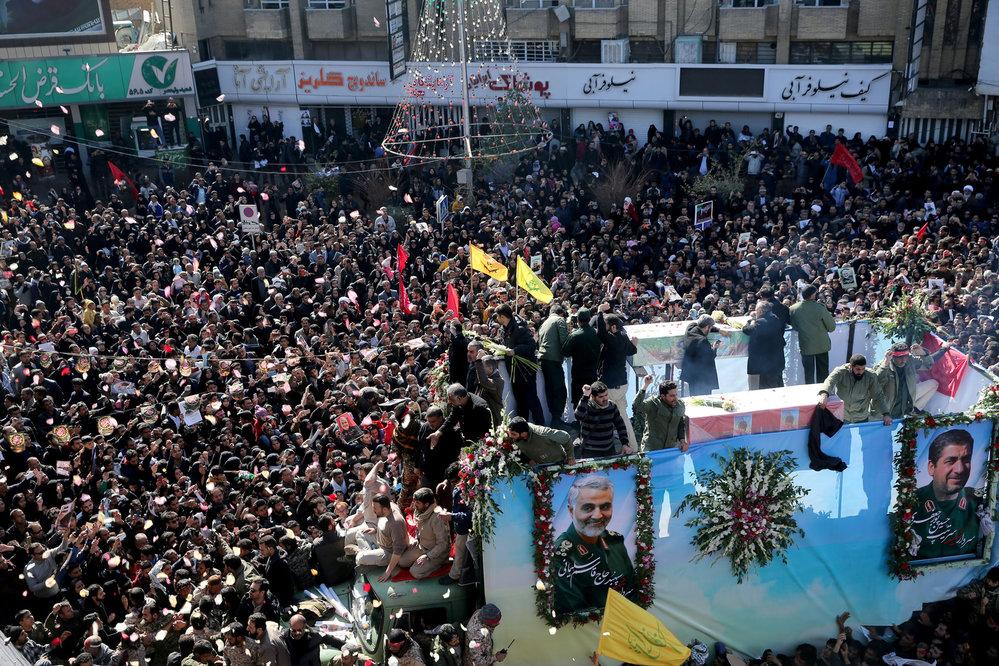 Pohřeb zabitého íránského generála Solejmáního v jeho rodnéem Kermanu (7.1.2020)