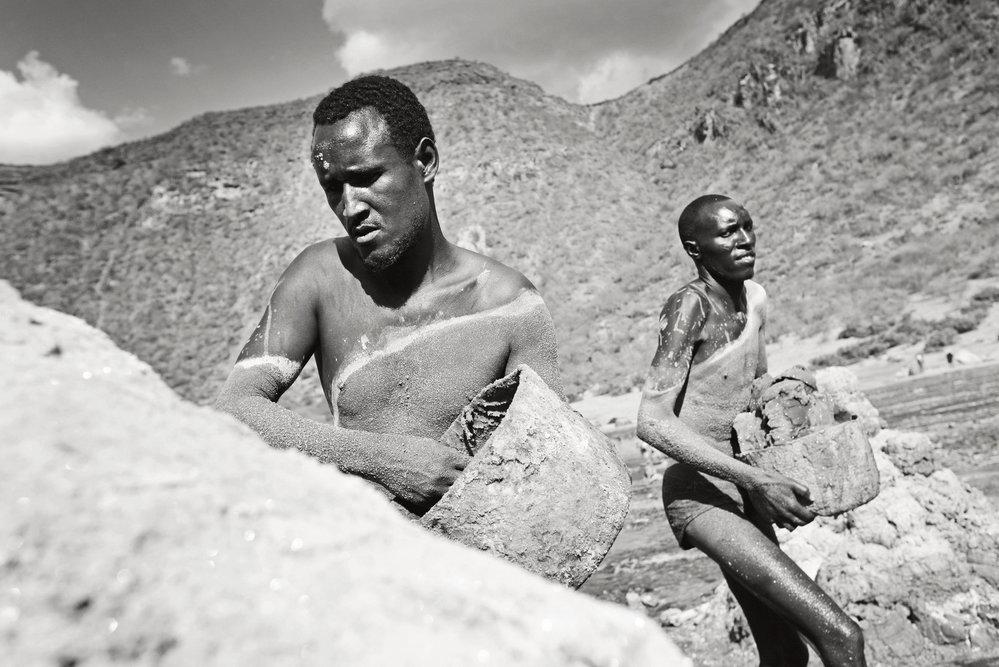 Těžká dřina způsobující mnoho zdravotních problémů i úmrtí. Taková je těžba soli na pomezí Etiopie a Keni