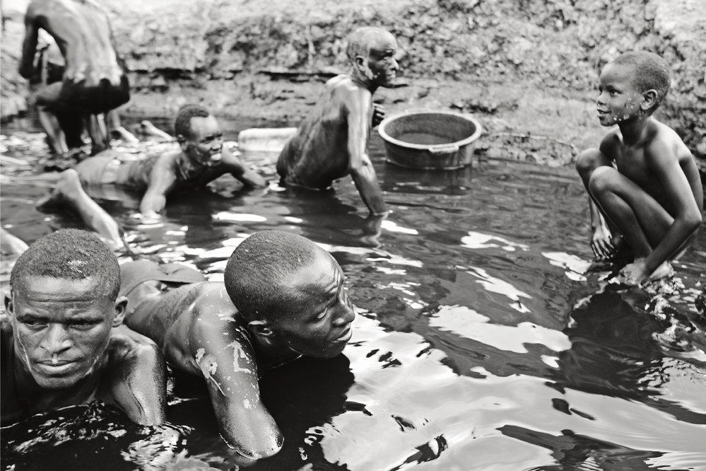 Jedinou ochranou před leptavou solí je místní medicína z listů stromů a bahenní koupel na konci dne. V malém pramínku sladké vody si všichni těžaři důkladně odrhnou bílý nános ze všech částí těl.