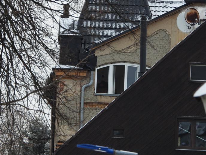 Hasiči stále zůstávají na místě tragického požáru ve Vejprtech, při kterém zemřelo osm lidí. Probíhá vyšetřování.