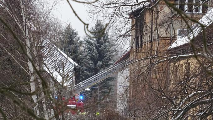 Na místě požáru jsou od rána hasiči, kteří zjišťují příčinu tragédie