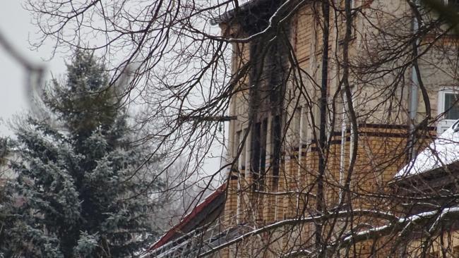 Zřetelně viditelné ohořelé místo několika oken dává tušit, že požár vypukl zřejmě v některém z pokojů.