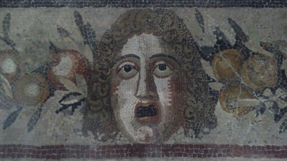 Detail tváře na mozaice vystavené v Muzeu římské vily v Mdině.
