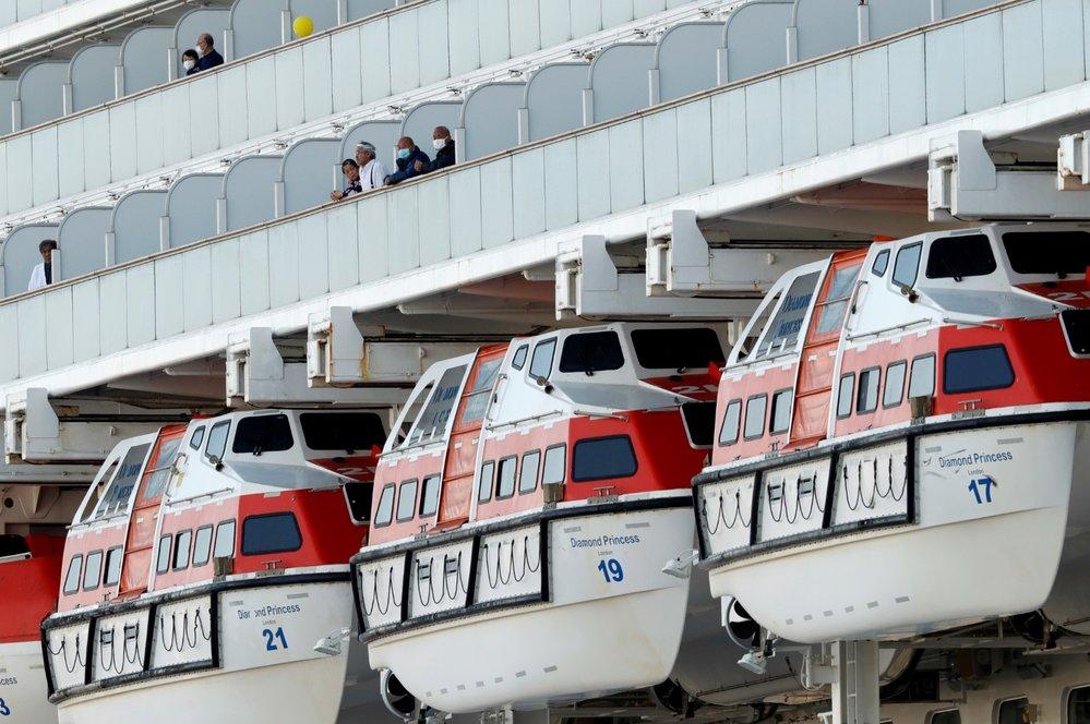 Kolem lodi Diamond Princess je přísná karanténa. Cestující z lodi postupně evakuují, řada z nich je ale nakažená novým koronavirem (10.2.2020)