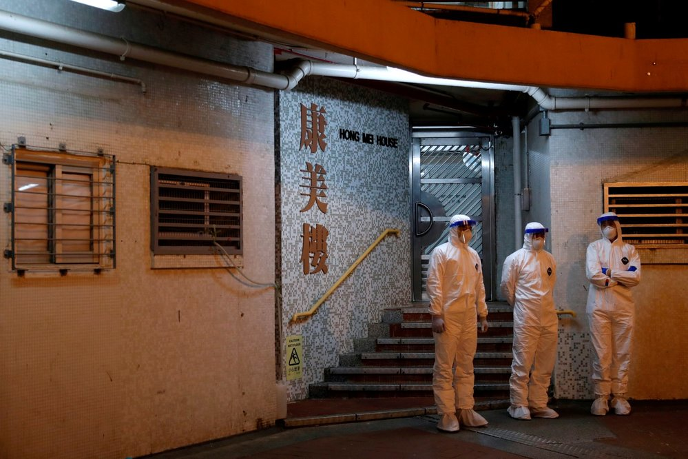Evakuace kvůli novému koronaviru v rezidenční čtvrti v Hongkongu (11. 2. 2020)