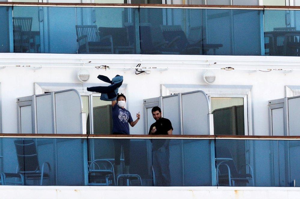 Cestující mohou jednou za čas vyjít na balkón. Tam si mohou se svými blízkými aspoň zamávat