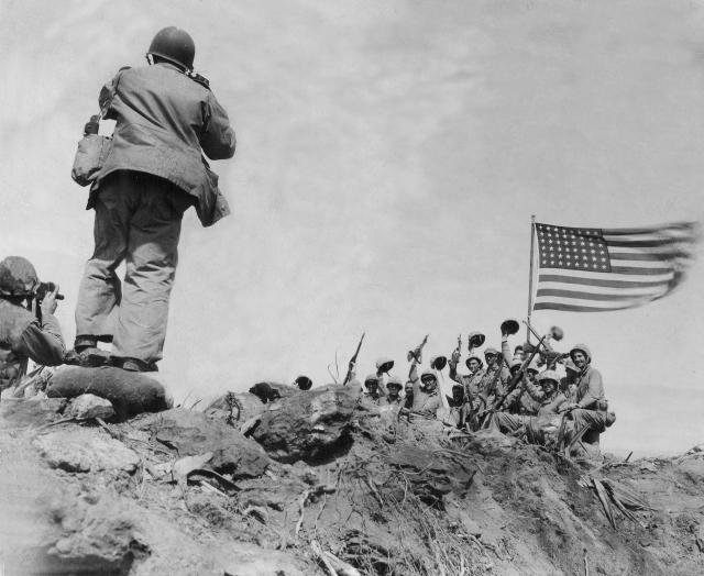 Američtí vojáci vztyčují vlajku na ostrově Iwodžima.