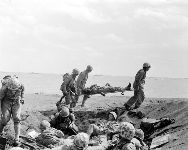Američtí vojáci přenášejí raněné spolubojovníky na Iwodžimě.