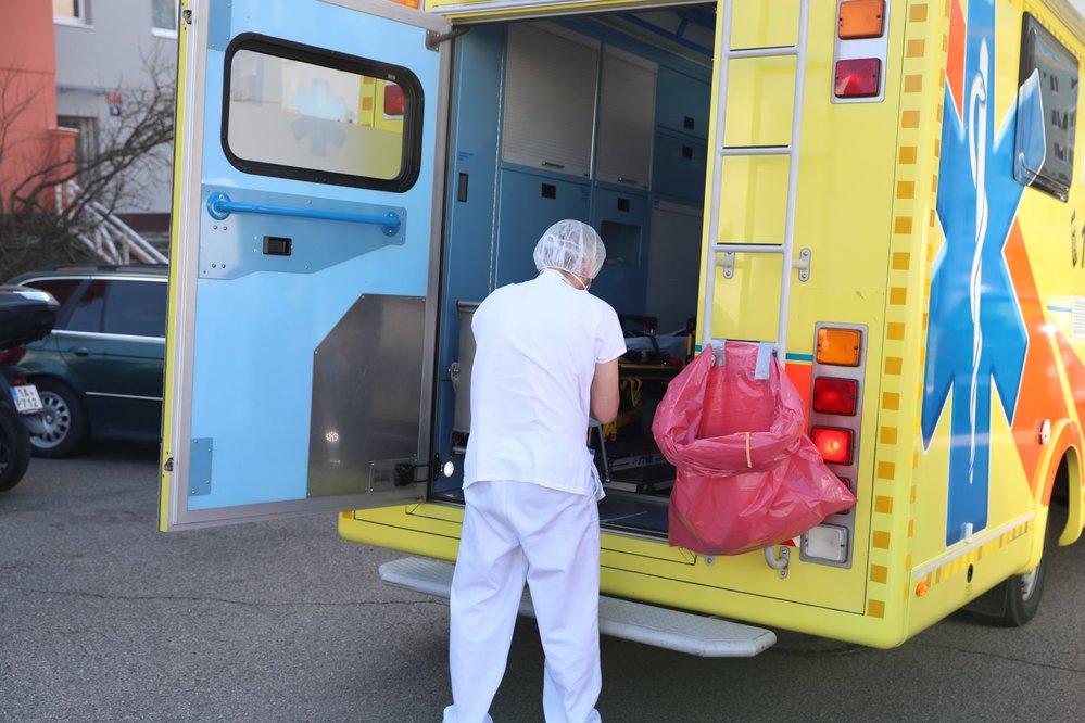 Záchranka vozí odborníka z pražské Bulovky k lidem domů, aby jim odebral vzorky. Ty pak otestují na koronavirus.