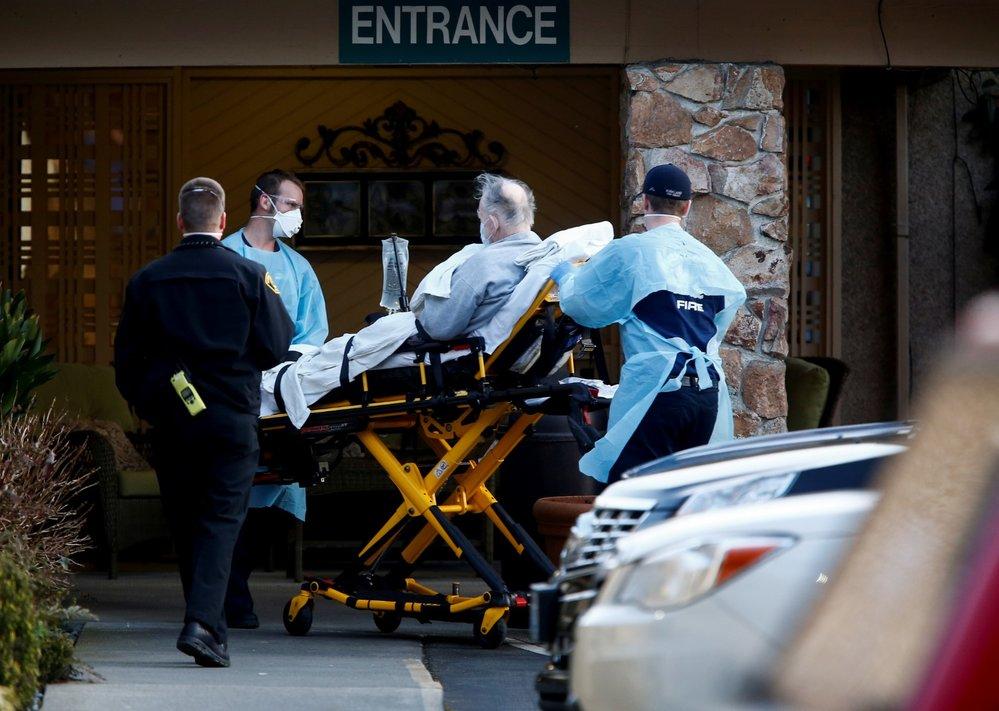 Zdravotníci přivážejí pacienta nakaženého koronavirem v Kirklandu v americkém státě Washington.