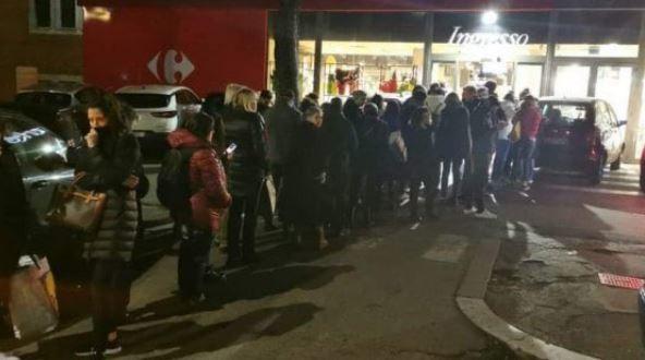 Italové po vyhlášení karantény vyrazili na nákupy, před obchody se tvoří dlouhé fronty (10.3.2020)
