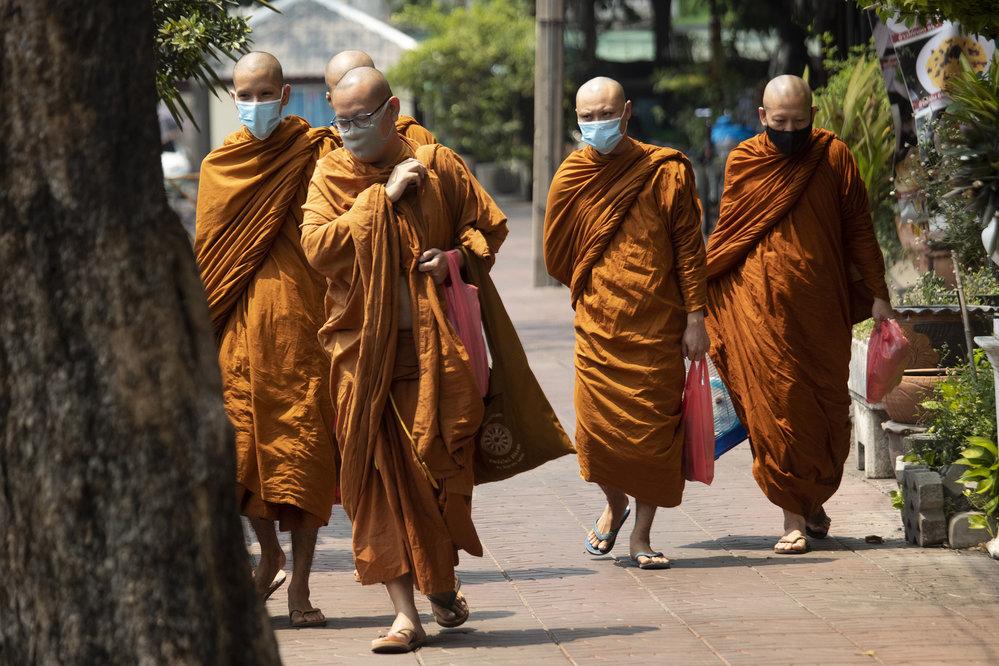 Buddhističtí mniši v Thajsku rovněž vycházejí pouze v rouškách.