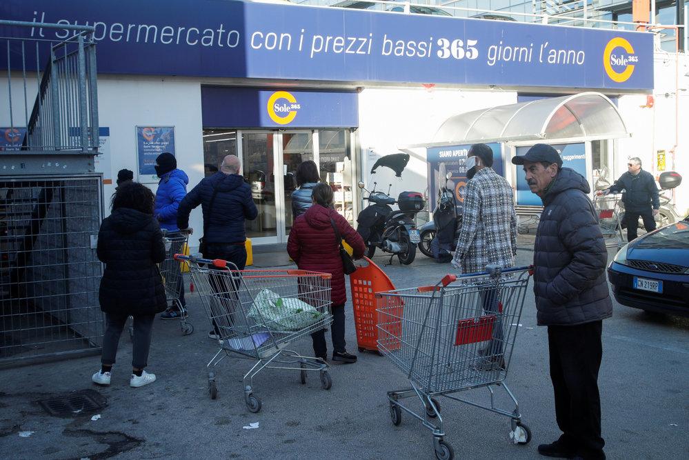 Karanténa v Itálii: Italové nervozně čekají na otevření supermarketu, (10.03.2020).