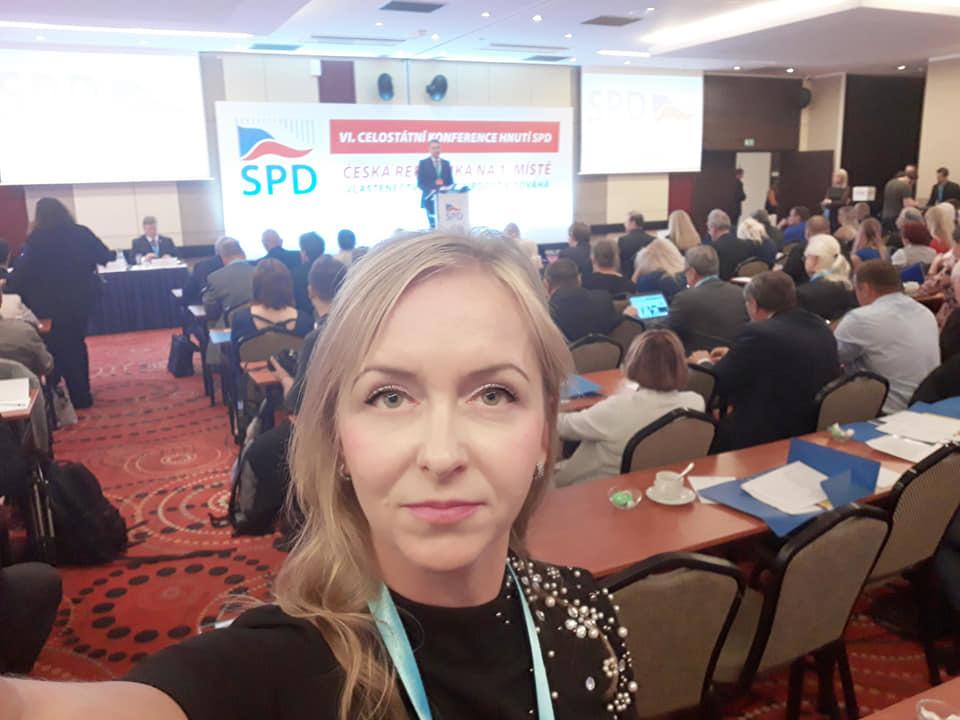 Poslankyně SPD Karla Maříková zatím neví, zda ji sněmovna vydá ke stíhání. Poslanci v úterý jednání o tom přerušili na neurčito.