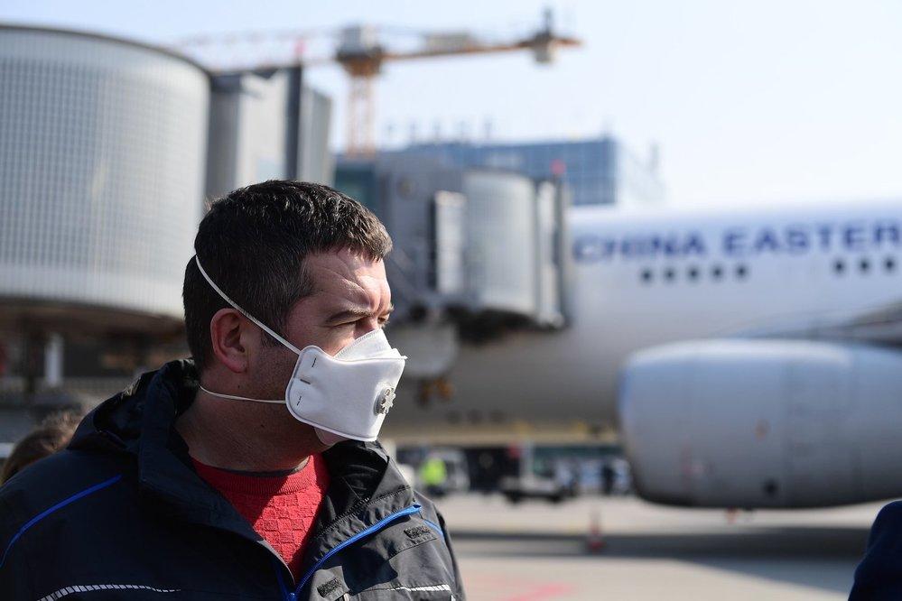 Na pražské letiště dorazila dodávka 1,1 milionů respirátorů z Číny. Na místě dohlížel ministr vnitra Jan Hamáček (ČSSD) (20.3.2020)