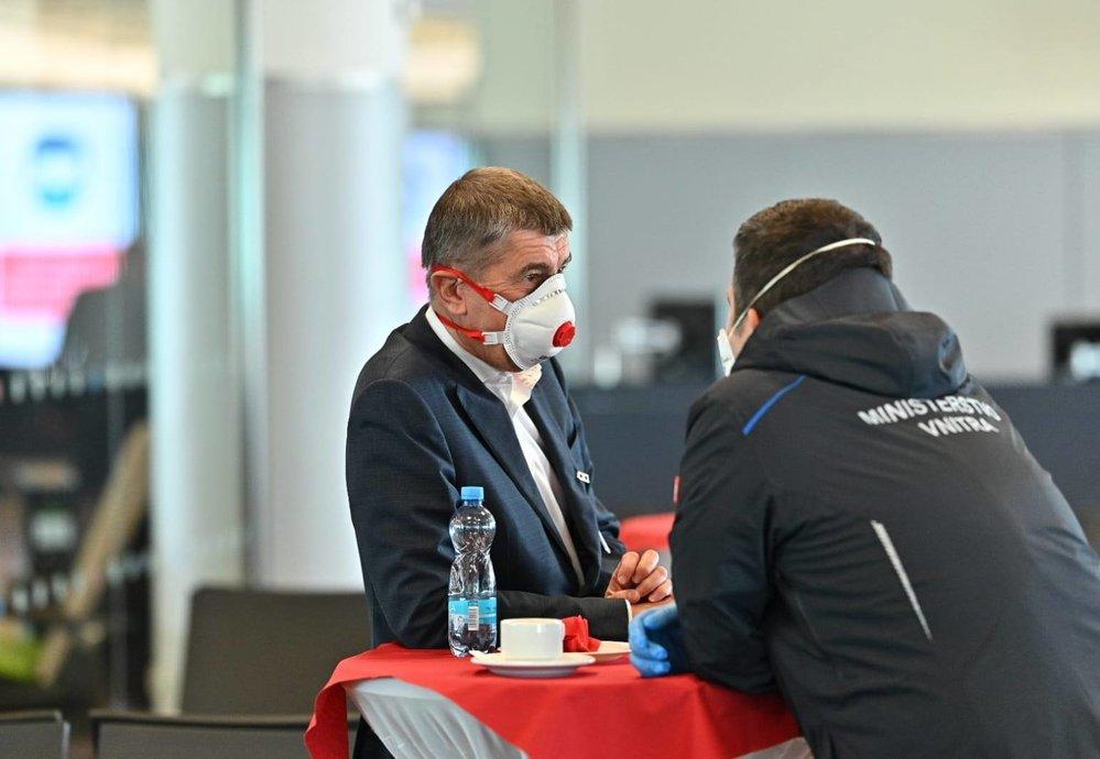 Na pražské letiště dorazila dodávka 1,1 milionů respirátorů z Číny. Na místě dohlíželi premiér Andrej Babiš (ANO) a ministr vnitra Jan Hamáček (ČSSD) (20.3.2020)