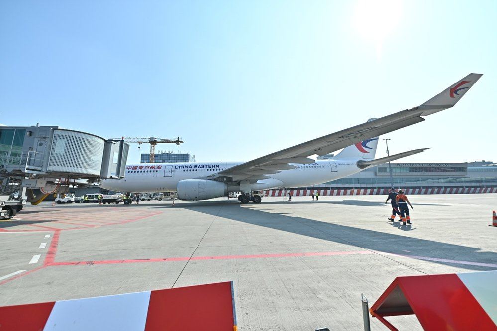 Na pražské letiště dorazila dodávka 1,1 milionů respirátorů z Číny (20.3.2020)