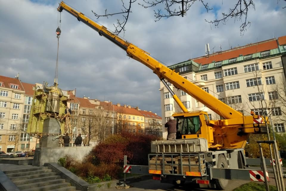 Jeřáb odstraňuje sochu maršála Koněva, 3. dubna 2020.