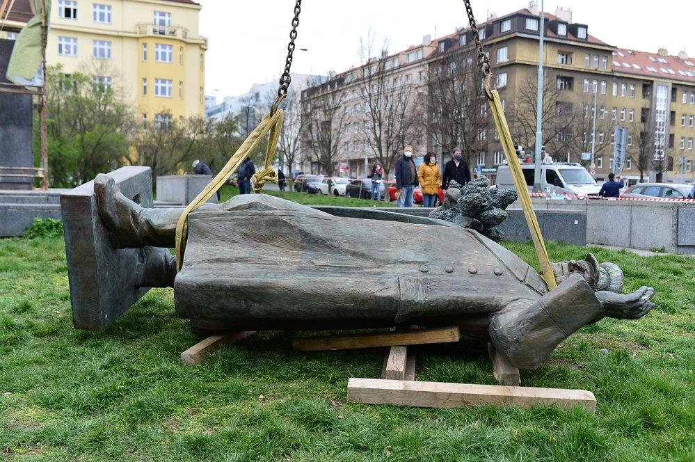 Jeřáb odstranil sochu maršála Koněva z náměstí Interbrigády v Praze 6, 3. dubna 2020.
