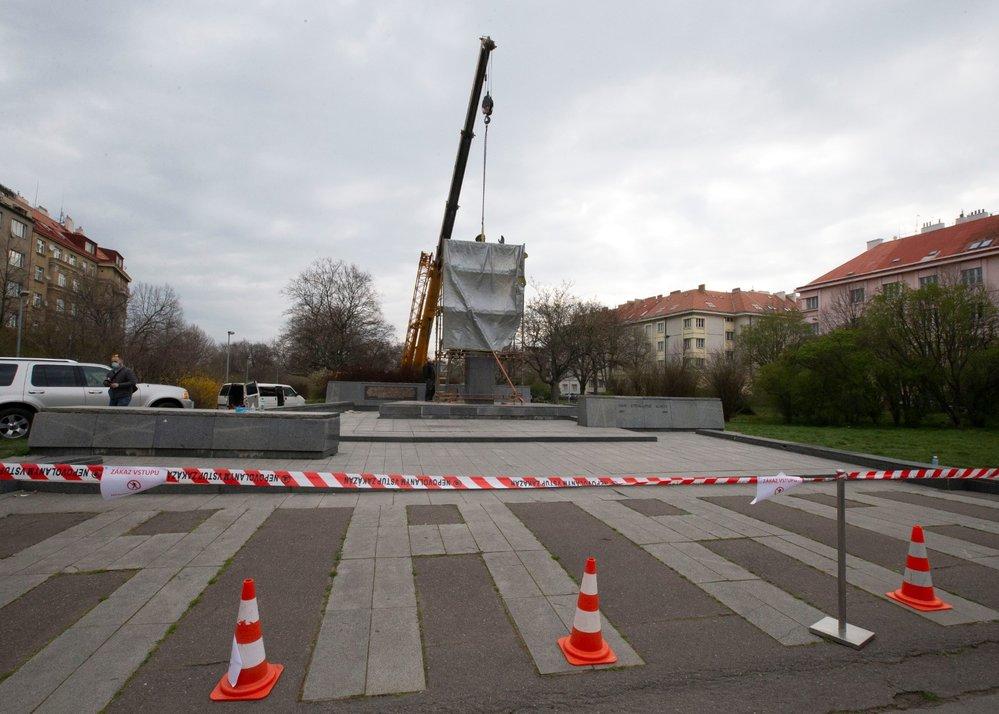 Sochu Koněva z náměstí Interbrigády 3. dubna 2020 odstranili.