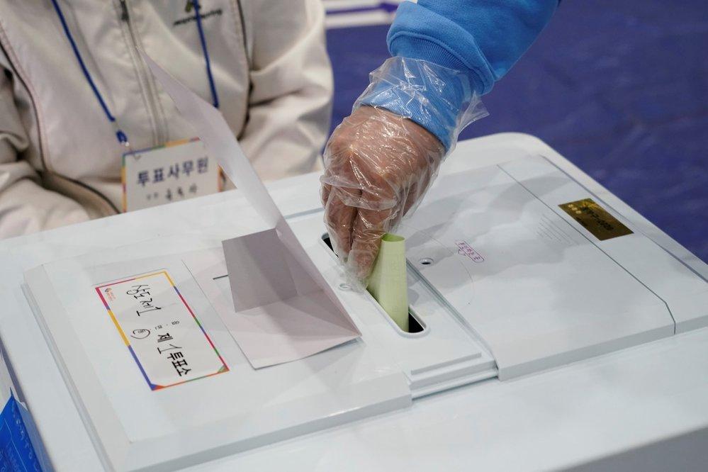 V Jižní Koreji se navzdory koronavirové krizi konají parlamentní volby. (15.4.2020)