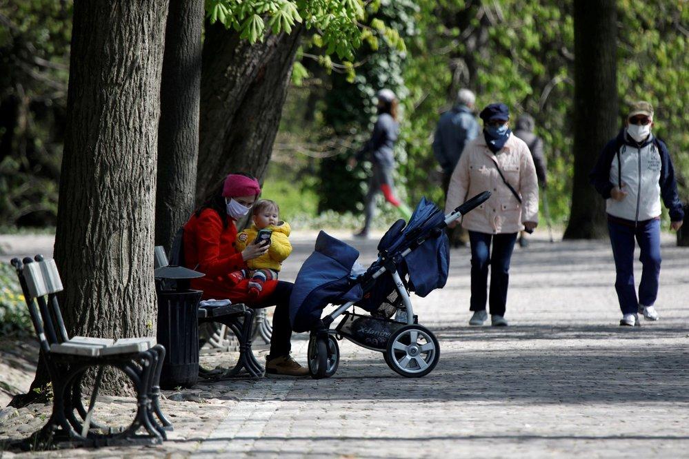 Také v Polsku se lidé chrání rouškami.