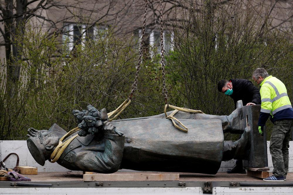 Odstraňování sochy Koněva