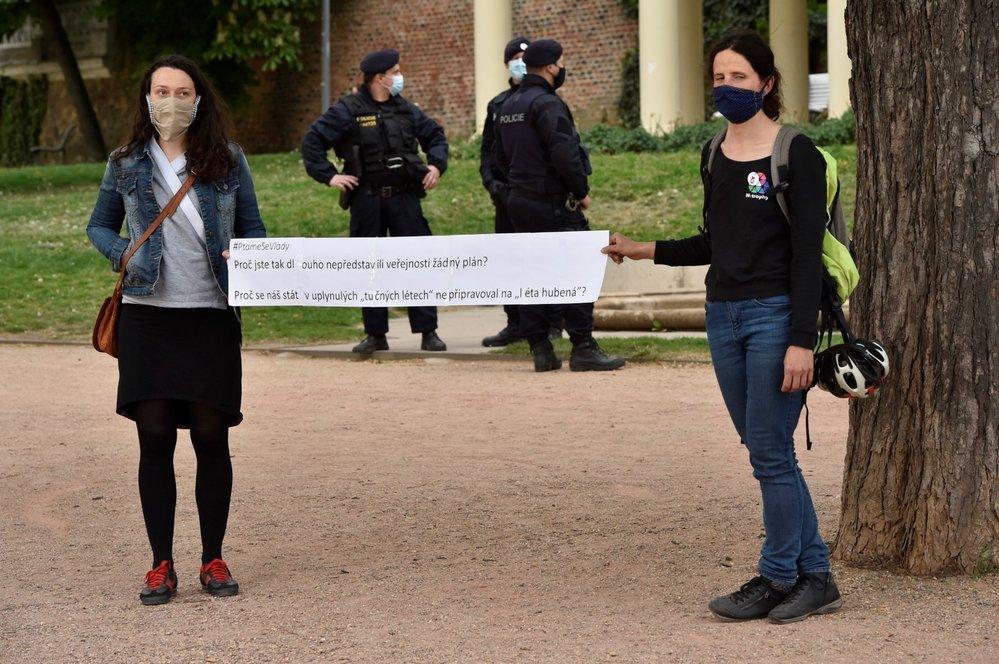 V Praze lidé demonstrovali proti vládě. Vyrobili si transparenty a dodržovali dvoumetrové rozestupy.