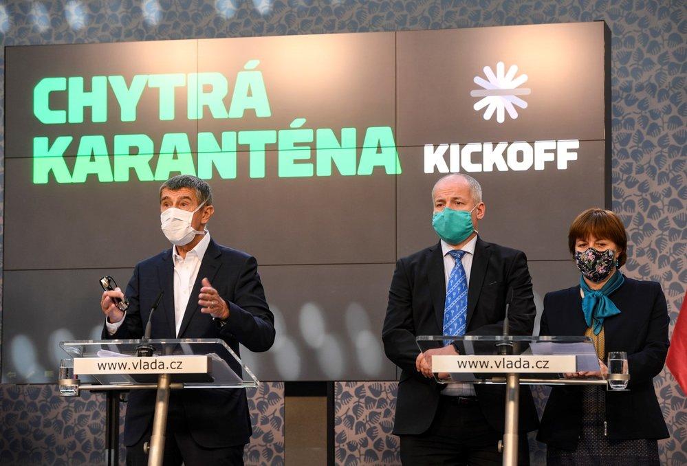 Premiér Andrej Babiš (vlevo) hovoří 7. května 2020 v Praze na tiskové konferenci k představení fungování projektu Chytré karantény. Vedle něj stojí náměstek ministra zdravotnictví Roman Prymula a hlavní hygienička Jarmila Rážová