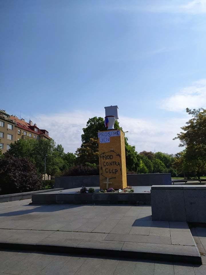 Na místo, kde dřív stávala socha maršála Koněva, kterou nechala Praha 6 odstranit, někdo 9. května 2020 umístil záchodovou mísu.
