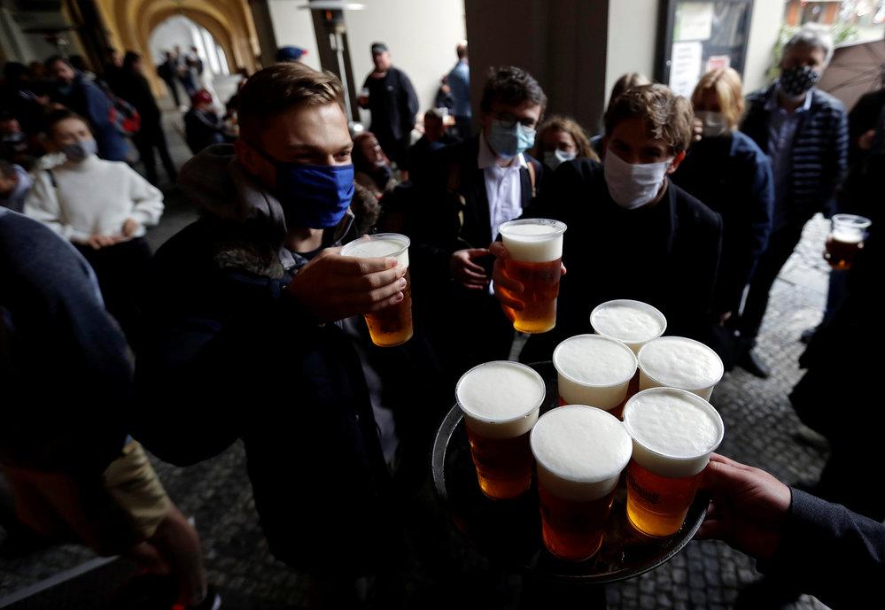 Otevřely se zahrádky, lidé vyrazili na pivo