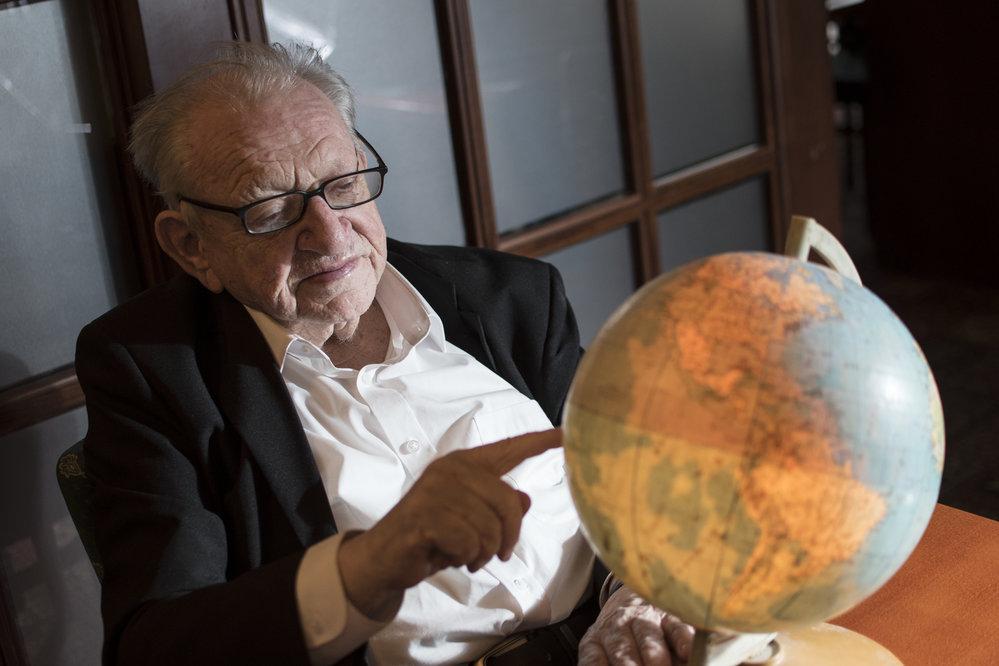 Legendární český cestovatel, etnograf a spisovatel Miloslav Stingl. Osobně poznal řadu domorodých kultur. Byl čestným náčelníkem indiánského kmene Kikapú.