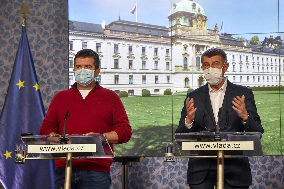 Premiér Andrej Babiš (ANO, vpravo) a vicepremiér Jan Hamáček (ČSSD) na jednání vlády (30. 3. 2020)