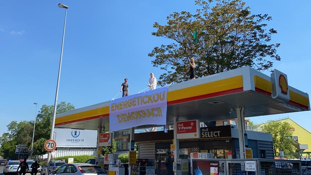 Aktivisté obsadili čerpací stanice Shell v Praze.